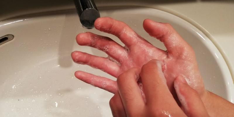 手のひらをしっかり洗う